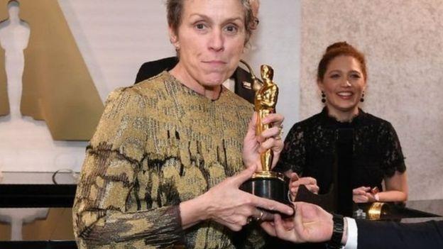 تلقت الممثلة ترحيبا حارا عند تسلمها الجائزة