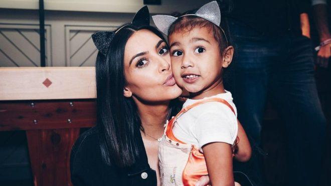 انتقدت كيم كارداشيان مزاعم استعانتها بأم بديلة لإنجاب طفل جديد، لكنها لم تنف ذلك