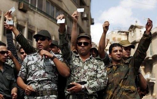 صورة أرشيفية لمجموعة من ضباط 8 أبريل في التحرير