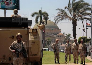 قوات الجيش امام جامعة القاهرة-تصويرعلي هزاع