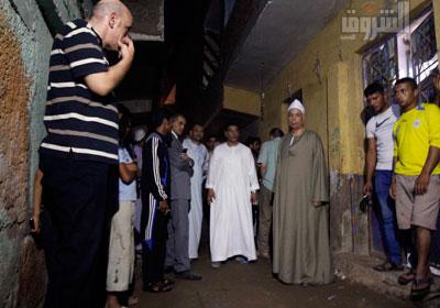 أهالى زاوية أبو مسلم فى موقع الحادث - تصوير: محمد نوهان