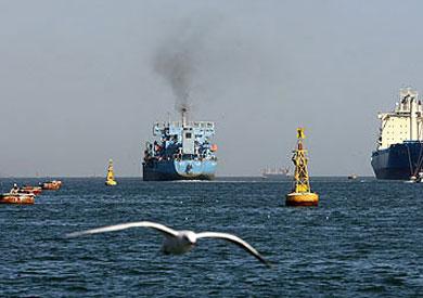 عبور 53 سفينة قناة السويس بحمولة بلغت 3.1 مليون طن