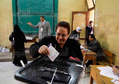 سيدة تدلي بصوتها في الاستفتاء على الدستور