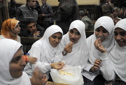فتيات «7 الصبح» أثناء تناولهن «الفشار» بقاعة المحكمة ـ خاص بوابة الشروق