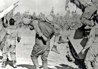 جنود إسرائيلين يخلون جرحاهم في الدفرسوار