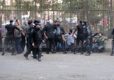 أرشيفية لتظاهر النشطاء أمام الشورى اعتراضا على قانون التظاهر