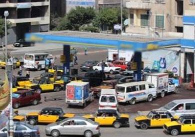 زحام بمحطات بنزين الإسكندرية.. و«التموين»: تخزين السائقين للوقود سبب الأزمة