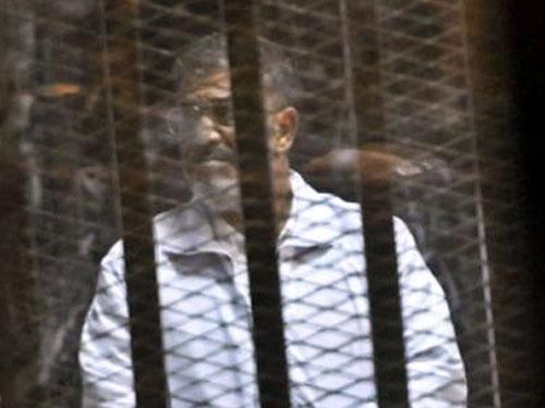 «مرسي» للمحكمة: بصفتي رئيسا للجمهورية.. أطالب بتحريك دعوى ضد ضابط الأمن الوطني -