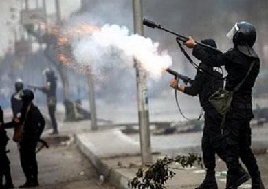 قوات الأمن تطلق الغاز المسيل لتفرقة الطلاب أمام جامعة القاهرة - أرشيفية