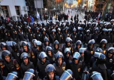 مجموعة من ضباط الشرطة بشوارع القاهرة