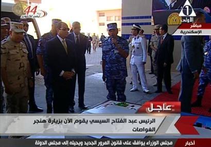 «السيسي» يتفقد هنجر الغواصات بقاعدة الإسكندرية البحرية