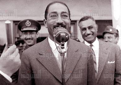السادات يقف أمام عبد الناصر وعبدالحكيم عامر أثناء إلقاءه بيانًا عن الضباط الأحرار - خاص الشروق