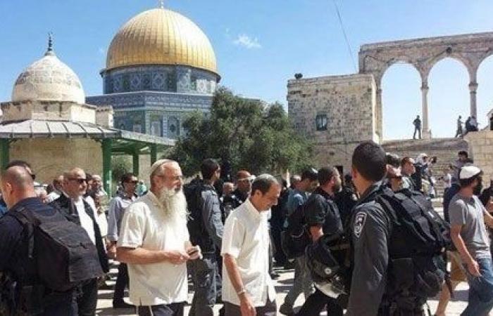مناوشات بين حراس الأقصى ومستوطنين قرب باب الرحمة والقوات الإسرائيلية تحاصر المكان