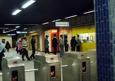 أحد شبابيك التذكر بمحطة مترو الأنفاق ارشيفية