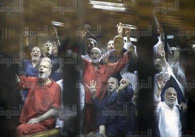 قيادات جماعة الإخوان خلال جلسة النطق بالحكم في قضيتي التخابر واقتحام السجون - تصوير: أحمد عبداللطيف