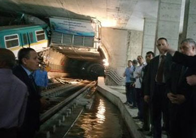 وزير النقل يعاين قطار العباسية ويطلب تقريرا عاجلا عن الحادثة