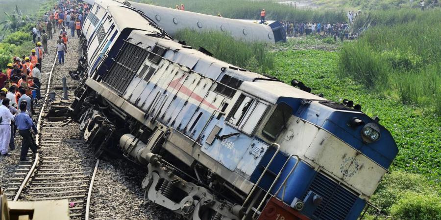 مقتل 3 أشخاص وإصابة 10 آخرين في حادث قطار بالهند