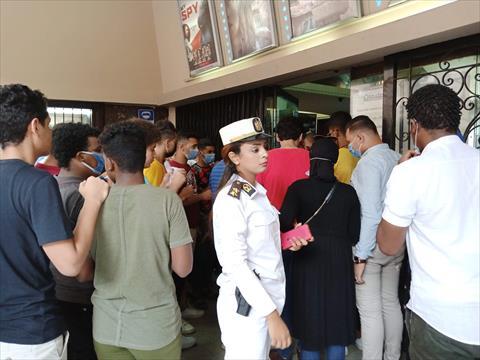 الشرطة النسائية أمام دور السنيما في الإسكندرية