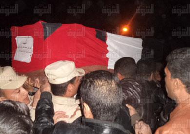 المواطنين وقيادات الجيش بالسويس يشيعون جثمان إحدى شهداء شمال سيناء