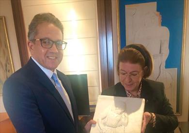 وزير الآثار مع وزيرة الثقافة اليونانية