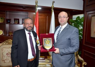 محافظ بني سويف يكرم الطبيب المصري  مجاهد مصطفى
