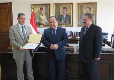 وزير المالية يُكرم رئيس مأمورية ضرائب