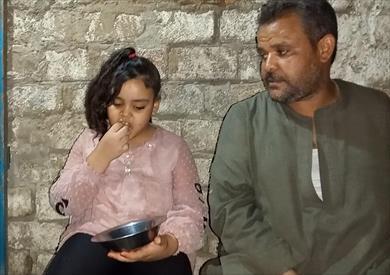 طفلة مصرية تهوى أكل الزجاج