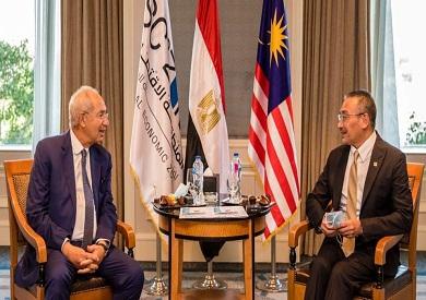 وزير الخارجية الماليزي يلتقي رئيس اقتصادية قناة السويس لبحث فرص الاستثمار بالمنطقة