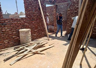 إزالة أعمال بناء بدون ترخيص بأحد شوارع حي الجنوب بالأقصر