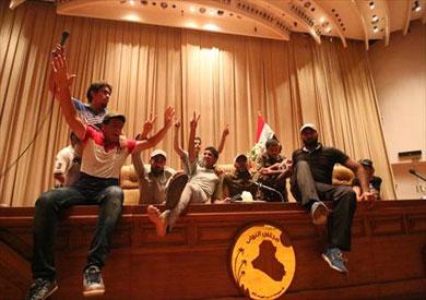 «المتظاهرون» يخلون مقر البرلمان العراقي