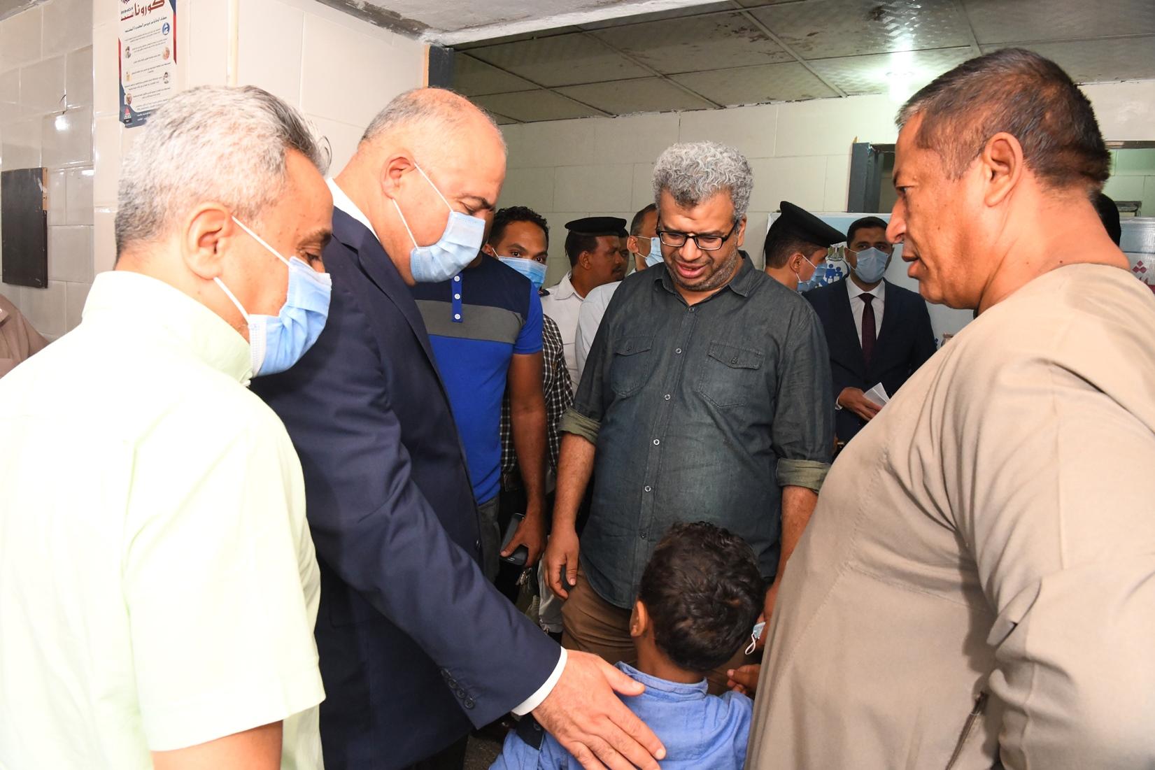 محافظ قنا يرافق مريضا لتلقى العلاج بمستشفى قنا العام