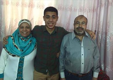 السابع مكرر علي عبد الله علي مع والده ووالدته