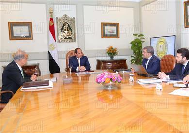 السيسي يجتمع برئيس مجلس الوزراء ووزير المالية بحضور نائبيه للسياسات الضريبية والسياسات المالية