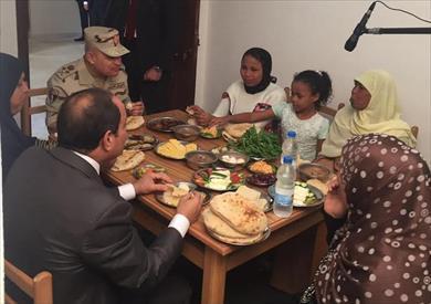 """الرئيس يتناول وجبة الإفطار برفقة أسرة بسيطة خلال افتتاحه مشروع """"بشاير الخير"""""""