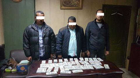 ضبط 3 أشخاص لإتجارهم في النقد الأجنبي وبحوزتهم مليون دولار وعملات أخرى<br/>