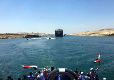 عبور السفن خلال التشغيل التجريبي لقناة السويس الجديدة