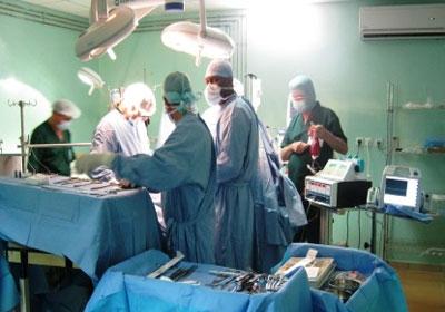 أطباء يعالجون المرضى - ارشيفية