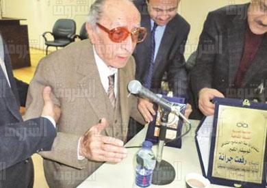 جرانة يتسلم درع التكريم - تصوير:طلعت إسماعيل