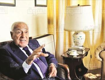 محمد حسنين هيكل مع كتاب وصحفيين فى عيد ميلاده تصوير مجدى ابراهيم