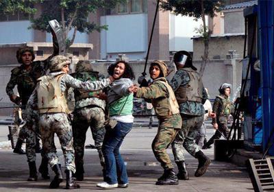 قوات الجيش تلقي القبض علي إحدى المتظاهرات