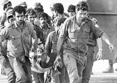 جنود إسرائيليون يخلون جرحاهم من المعركة