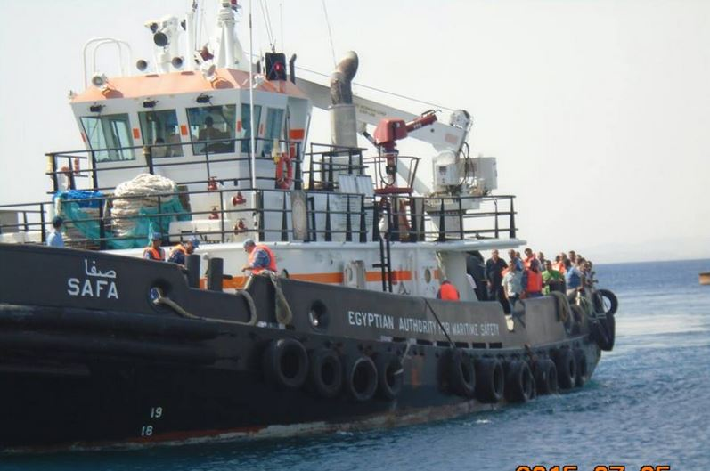 سفينة الإنقاذ أثناء مساعدة ركاب السفينة الغارقة قرب ميناء سفاجا