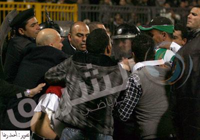 جانب من أحداث العنف في مباراة المصري والأهلي