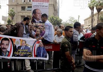 «المواطنون الشرفاء» يهاجمون الصحفيين فى حماية الأمن - تصوير: ابراهيم عزت