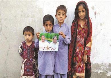 أطفال السائق الباكستاني ضحية الغارة الأمريكية لتصفية زعيم طالبان