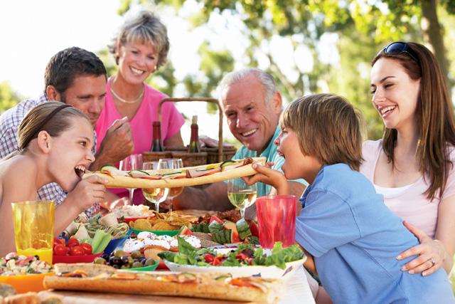تناول الطعام مع الأسرة