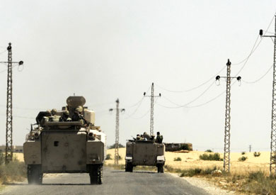 الأباتشى تقصف بؤرًا إرهابية بدعم من الدبابات فى شمال سيناء -