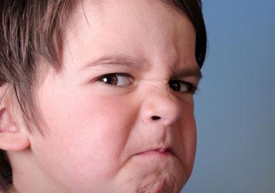 يبدأ الطفل بالتعبير عن غضبه وحزنه بشكل قوي ابتداءا من