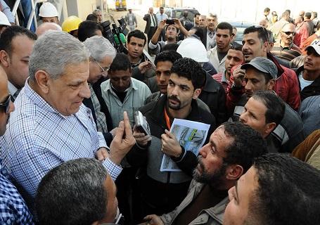 إبراهيم محلب في لقاء مع بعض العمال- أرشيفية
