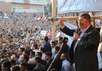 الرئيس بين أنصاره أمام الإتحادية عقب إصدار الإعلان